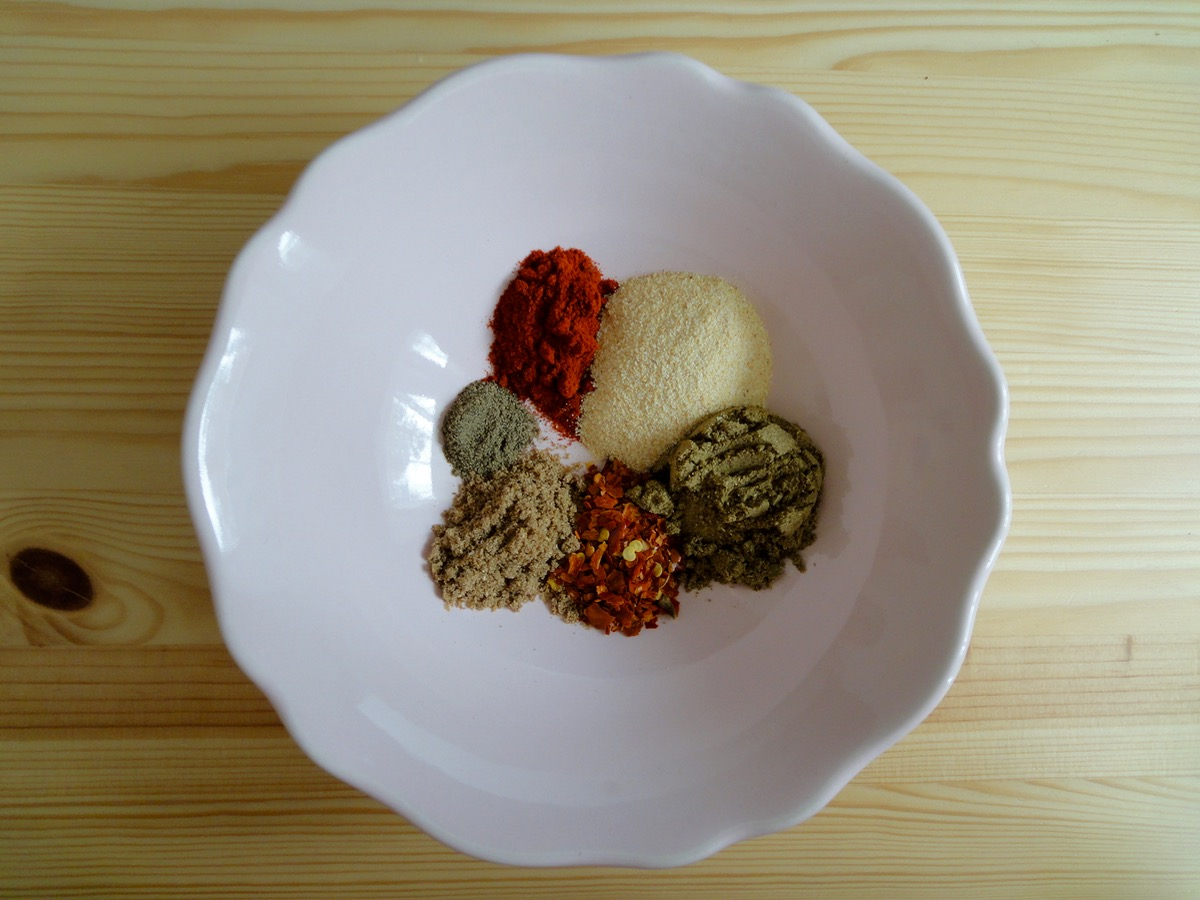Seasoning Mix - Paprika Powder, Garlic Powder, Cumin Powder, Dried Chilli Flakes, Coriander Powder & Black Pepper Powder.